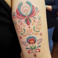 🧵🧵🧵 Absolutely insane embroidery tattoo by ! Pretty Tattoos, Cute Tattoos, Beautiful Tattoos, Body Art Tattoos, Tribal Tattoos, Mexican Art Tattoos, Tatoo Floral, Cross Stitch Tattoo, Mexico Tattoo