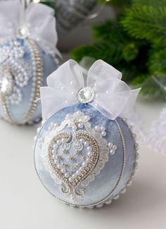 Shabby Chic Christmas Ornaments, Fabric Ornaments, Christmas Ornaments To Make, Easy Christmas Crafts, Elegant Christmas, Blue Christmas, Christmas Tree Decorations, Christmas Ornaments Handmade, Victorian Christmas