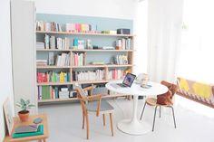 Chez Caroline Gomez .  La libreria è evidenziata da un rettangolo azzurro dipinto sulla parete