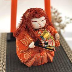 木目込み人形「猩々を舞う猫」 江戸縮緬・金襴