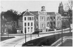 Het witte gebouw was het 2nd Battalion HQ, rechts ervan het Brigade HQ. (Voor en na de strijd rond de brug)