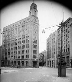 Intersection of Lambton Quay, Hunter Street, and Featherston Street, Wellington, with the Mutual Life & Citizens Assurance Company Building, ca 1935