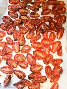 Oven Roasted Roma Tomatoes: Preheat oven Line rimmed cookie sheets with… Fried Tomatoes, Oven Roasted Tomatoes, Roasted Peppers, Roma Tomatoes, Veggie Recipes, Healthy Recipes, Summer Tomato, Sliced Tomato, Dehydrated Food