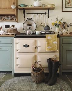 Farmhouse kitchen decor, cottage kitchens и english country kitchens. Aga Kitchen, Cosy Kitchen, Kitchen Cabinet Design, Kitchen Decor, Kitchen Ideas, Cocina Shabby Chic, Shabby Chic Kitchen, English Country Kitchens, Country Cottage Kitchens