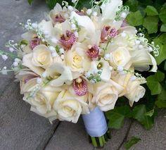 Bouquets de Rosas e Orquídeas brancas com Copos de Leite.
