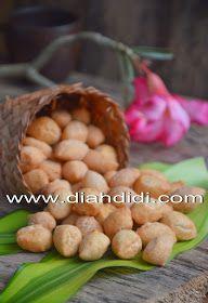Diah Didi's Kitchen: Kue Biji Ketapang Savory Snacks, Yummy Snacks, Snack Recipes, Sweet Desserts, Sweet Recipes, Diah Didi Kitchen, Bakery Cakes, Indonesian Food, Cucumber
