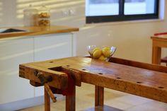 עיצוב ירוק - שימוש חוזר בשולחן נגרים בתור אי במטבח. עיצוב פנים - דנה מורן