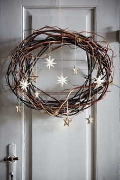 Lav fint pynt med kogler, grene og mos - tips og tricks | Kære hjem Natural Christmas, Noel Christmas, Rustic Christmas, Simple Christmas, All Things Christmas, Winter Christmas, Christmas Crafts, Minimalist Christmas, Halloween Christmas