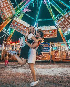 Inspiração foto com a melhor amiga no parque de diversão Carnival Photography, Photography Poses, Best Friend Fotos, Fair Pictures, Poses Photo, Best Friend Photography, Cute Friend Pictures, Friend Poses, Instagram Pose