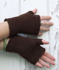 I am all about a good pair of snugly fingerless mitts in the fall. I found the inspiration for this pattern on Ravelry and this is my interpertaion of the Eas