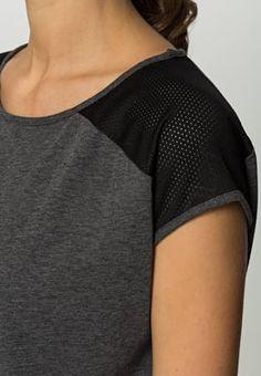 Locker geschnittenes Sportshirt für den extra Wohlfühlfaktor! Even&Odd active EVA - T-Shirt basic - dark gey für 14,95 € (03.06.16) versandkostenfrei bei Zalando bestellen.