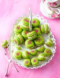 Kinuskikissan prinsessamacaronit | Meillä kotona Caramel Apples, Afternoon Tea, Macarons, Cookies, Desserts, Food, Clock, Inspiration, Crack Crackers