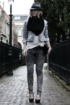 Red Reiding Hood in the Revelation Lily Jeans - OUTFIT / BLACK 'N GREY    http://www.thesting.com/bleached-skinny-middengrijs-270141?plp=S
