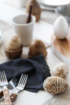 Ostertisch dekorieren minimalistisch in Schwarz Weiß und Holz, Küchenimpressionen Ostern 2017, Interiorblog, Mandala Holzeier,
