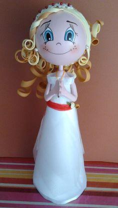 Fofucha de comunión personalizada para Andrea de 9 años de Blanes, Girona Está realizada en goma eva, tela de raso, tul y lazo de organza rojo para el cinturón con flor de tela.