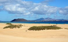 Vue d'une plage sur l'île de Fuerteventura aux Canaries en Espagne. Costa, Sports Nautiques, Reserva Natural, Road Trip, Southern Europe, Paradis, Canary Islands, Beach Resorts, Travel Destinations
