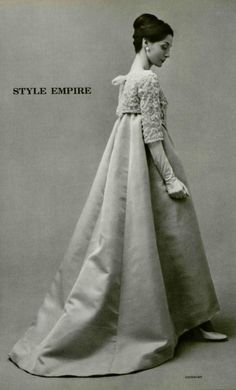 1958 - Hubert de Givenchy evening gown -Looks like a hanbok to me Fifties Fashion, Retro Fashion, Vintage Fashion, Vintage Outfits, Vintage Gowns, Moda Vintage, Vintage Mode, Vintage Sewing, 1950s Style