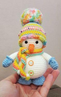 Il motivo di amigurumi libero del pupazzo di neve del crochet