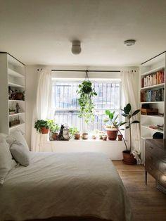 Dá pra ser desde um vasinho até vasos grandes, o importante é combinar com o estilo do ambiente e estar adequado ao tamanho do quarto.