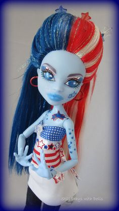 Sparklera Monster High Abbey Bominable remake into OOAK by arkohio. Love this very original. Patriotic as well. Be a wonderful addition to the 4th of July as a present for my daughter. Love the concept. Like Lady Liberty in this Generation. How pretty. The Blonde in the Pic.