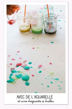 Avec de l'aquarelle et une baquette à bulles