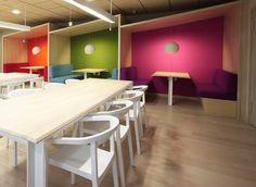 Kancelárske priestory spoločnosti Ymedia v Tokiu. Výrazná kontrastná farebnosť, prírodmé materiály a zámer vytvoriť útulné priestory, v ktorých by sa zamestnanci cítili ako doma.