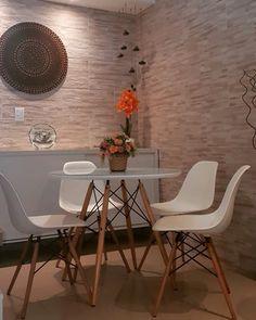 Linda mesa modelo Eames Eiffel redonda tampo de lacca com vidro por cima. @eames #decoração #mesas #eiffel #decoraçãodecasa Eames, Chair, Furniture, Home Decor, Home Furnishings, Chairs, Glass, Model, Mesas