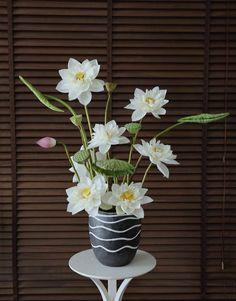 Ikebana Flower Arrangement, Floral Arrangements, Amazing Flowers, Love Flowers, White Lotus, Table Flowers, Lotus Flower, Diy And Crafts, Ceramics