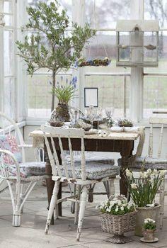 Yllätä vieraasi kevätpöydällä, jonka koristelussa on hyödynnetty sipulikukkia ja risuja. | Unelmien Talo&Koti Kuvat: Minna Mercke Schmidt