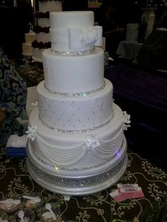 wedding cakes with bling Bling wedding cake. so pretty, without the top layer Wedding Cake Decorations, Wedding Cake Designs, Wedding Cake Toppers, Bling Cakes, Fancy Cakes, Amazing Wedding Cakes, Elegant Wedding Cakes, Gorgeous Cakes, Pretty Cakes