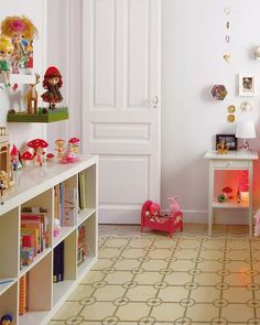 I love the low book shelves Ikea Expedit, Ikea Shelves, Book Shelves, Playroom Decor, Kids Decor, Kids Room Wallpaper, Kids Room Organization, Little Girl Rooms, Kid Spaces