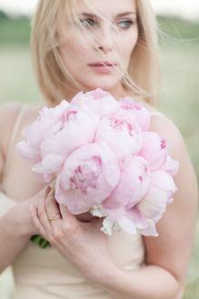Brautstrauß aus rosa Pfingstrosen. Einfach, günstig und doch wunderschön. #Hochzeit #Blumen