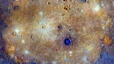 Farbkorrigierte Composite-Aufnahme des Calorisbeckens auf dem Merkur Sistema Solar, Nasa, Small Planet, Mercury Retrograde, Johns Hopkins University, Daily Photo, Optical Illusions, Outer Space, Solar System