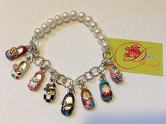 photo (28) pulsera mitad cadena mitad perlas blancas y con charms de zapatitos.