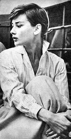 """(Audrey Hepburn). """"La moda se pasa de moda, el estilo jamás."""" Coco Chanel"""