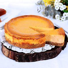 El queso Afuega´l pitu, que es uno de los tantos y exquisitos quesos del Principado de Asturias, con un potente de sabor. En esta receta hacen falta 300 gramos de queso, cantidad que suele corresponder a un queso entero. Una tarta exquisita con un sabor muy equilibrado.  #recetas #queso #afuegalpitu #asturias #receta Camembert Cheese, Dairy, Food, Gastronomia, Evaporated Milk, Cheesecake Recipes, Pastries, Sweets, Pret A Manger