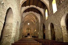 ABBAYE ST MICHEL DE CUXA, 6) L'église abbatiale est aujourd'hui un des très rares spécimens de l'art préroman en France, caractérisé ici par l'arc en fer à cheval wisigothique d'origine orientale, qu'on peut voir dans la partie du transept dégagé des constructions postérieures. La voûte de la nef centrale, primitivement une simple charpente, a été restaurée selon les plans des arcs en ogive édifiés au 14°s.