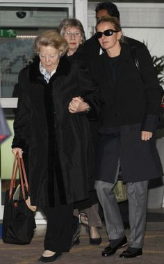 Queen Beatrix of the Netherlands and Princess Mabel mother and wife respectively of Dutch Prince Johan Friso leave The Wellington Hospital in central...