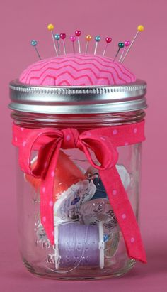 Sewing Crafts Pin cushion mason jar craft - Who doesn't like a good mason jar craft? These little jars are great for the seamstress or crafter in your life and they serve both as a pin cushion, but also… Crafts With Glass Jars, Mason Jar Crafts, Mason Jar Diy, Bottle Crafts, Jelly Jar Crafts, Pickle Jar Crafts, Easy Crafts, Diy And Crafts, Mason Jar Storage
