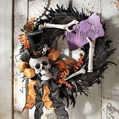 These DIY Halloween Wreath ideas will definitely make your home entrance look scary. Get these ideas for final touch up of your Halloween decoration. Spooky Halloween, Halloween Displays, Outdoor Halloween, Holidays Halloween, Happy Halloween, Halloween Party, Diy Halloween Wreaths, Halloween Skeletons, Halloween Decorations Apartment