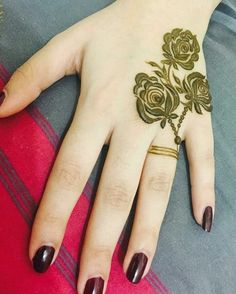 Simple Mehendi designs to kick start the ceremonial fun. If complex & elaborate henna patterns are a bit too much for you, then check out these simple Mehendi designs. Latest Mehndi Designs Hands, Indian Henna Designs, Finger Henna Designs, Henna Art Designs, Mehndi Designs For Girls, Mehndi Designs 2018, Modern Mehndi Designs, Mehndi Designs For Fingers, Mehndi Design Images