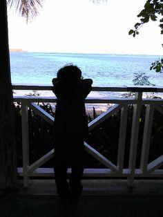 Un chico contempla el mar en #CabezasdeSanJuan #ParalaNaturaleza