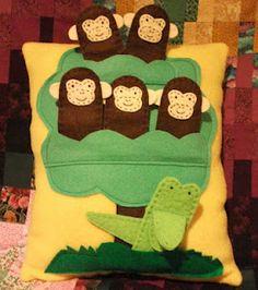 five little monkeys finger puppet pillow idea, cute Felt Diy, Felt Crafts, Diy Crafts, Felt Books, Quiet Books, Homemade Kids Gifts, Gifts For Kids, Preschool Projects, Kid Activities