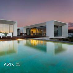 Moderne Architektur in Kombination mit Axis Pivot Türen und dazu passenden Seitenteilen. Garden Swimming Pool, Outside Patio, Modern Mansion, Wooden Decks, Outdoor Living, Outdoor Decor, Deck Design, Home And Garden, Stock Photos