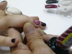 Gosta de unhas decoradas e mais ainda da ideia de um esmalte que fique por duas semanas nas suas unhas? O designer  de unhas da OPI da Califórnia, Vu Nguyen, ensina a usar o esmalte em gel para decorar as unhas.