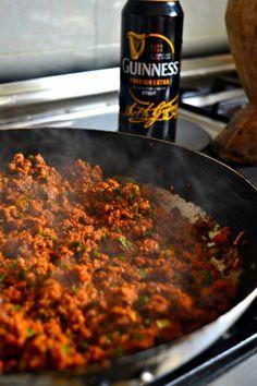 Cheesy Guinness Beef Samosas Mandazi Recipe, Samosa Recipe, Salted Caramel Fudge, Salted Caramels, A Food, Good Food, South African Recipes, Kenyan Recipes, Samosas