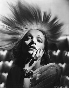 Marlene Dietrich © George Hurrell, www.lumas.com