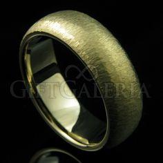 A aliança de casamento Atração possui espessura de 7mm e polimento em ouro fosco, design atraente e sofisticado.