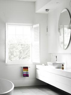 Gek op het licht in deze badkamer. Door de witte tinten en de eenvoudige elementen is het licht echt een onderdeel van het ontwerp.