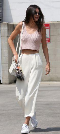 Kendall Jenner i vida byxor